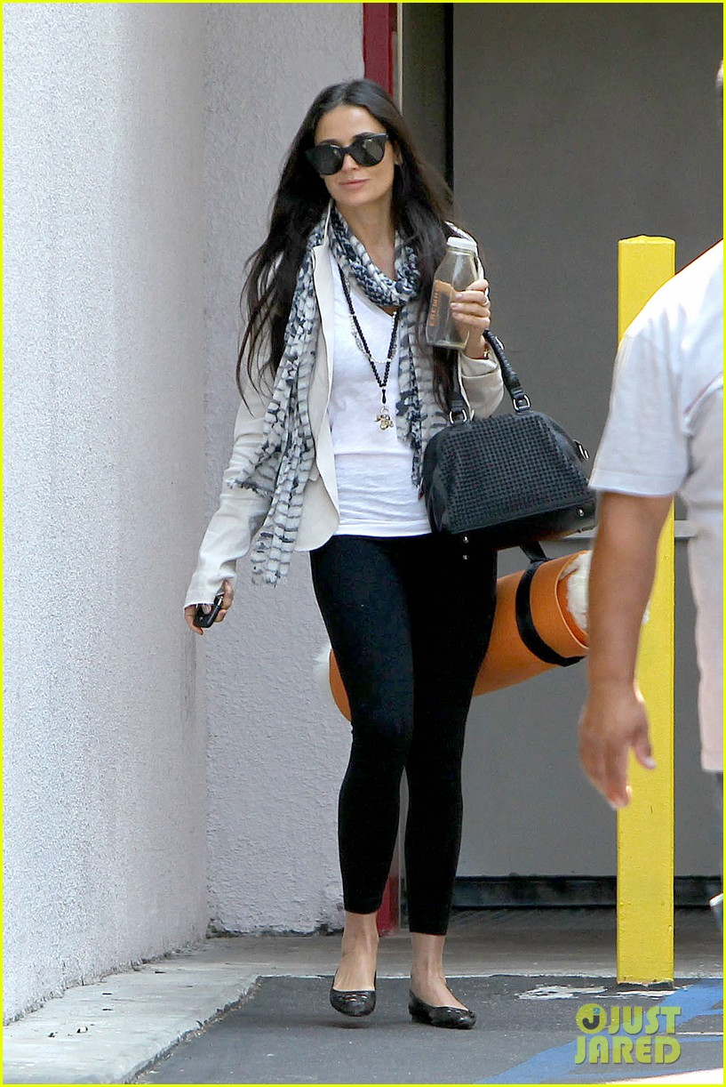 demi moore works it out at yoga 10