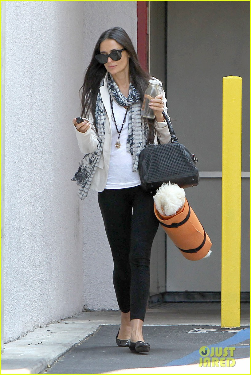 demi moore works it out at yoga 112912191