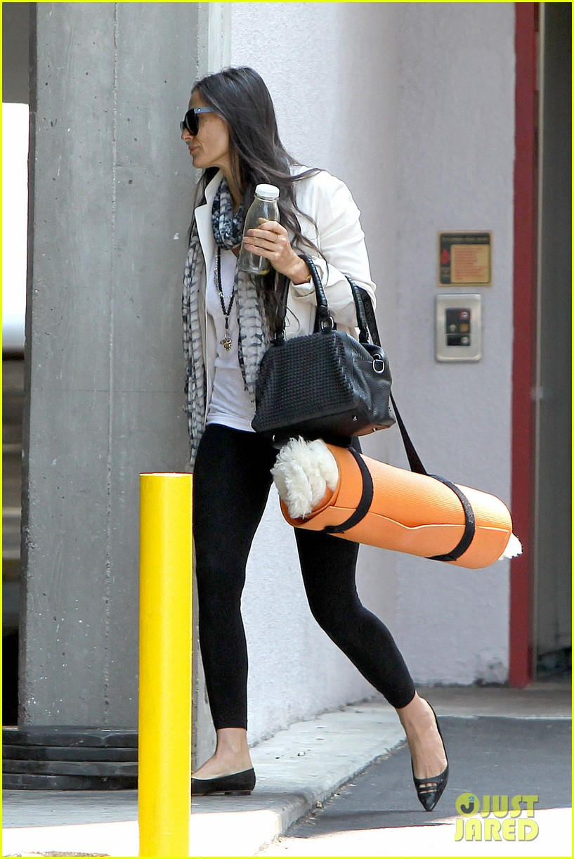 demi moore works it out at yoga 23