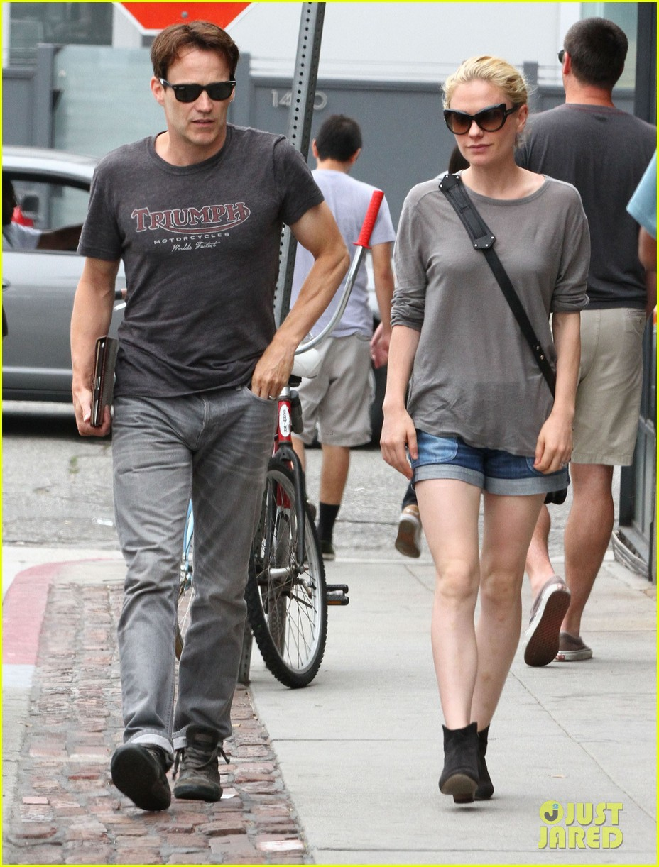 anna paquin stephen moyer cuddle close in venice beach 05
