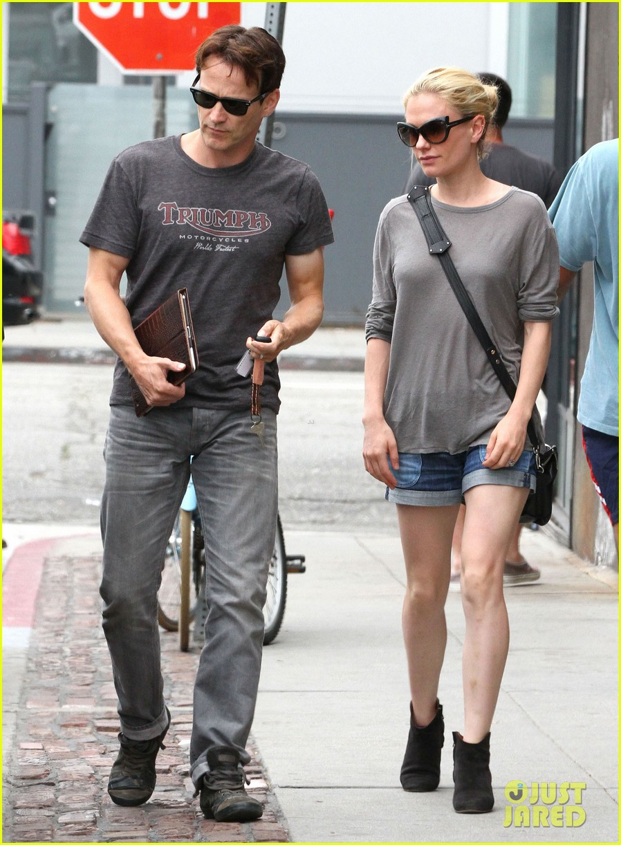 anna paquin stephen moyer cuddle close in venice beach 17