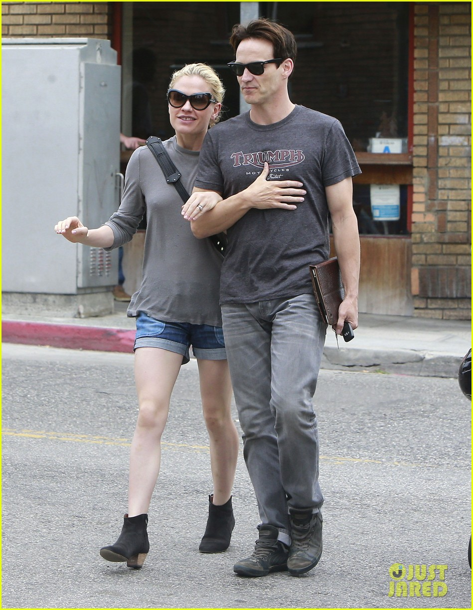 anna paquin stephen moyer cuddle close in venice beach 202919094