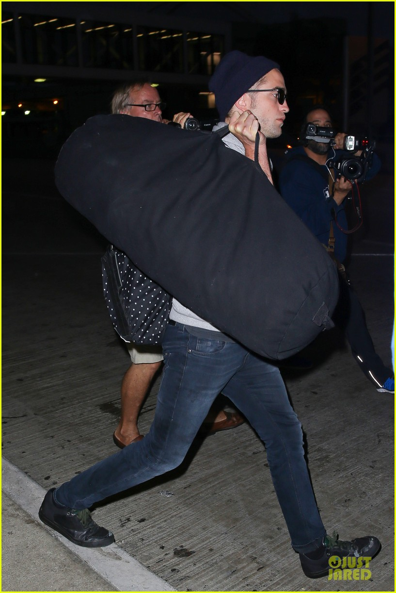 report pattinson lax landing after map of the stars filming 03