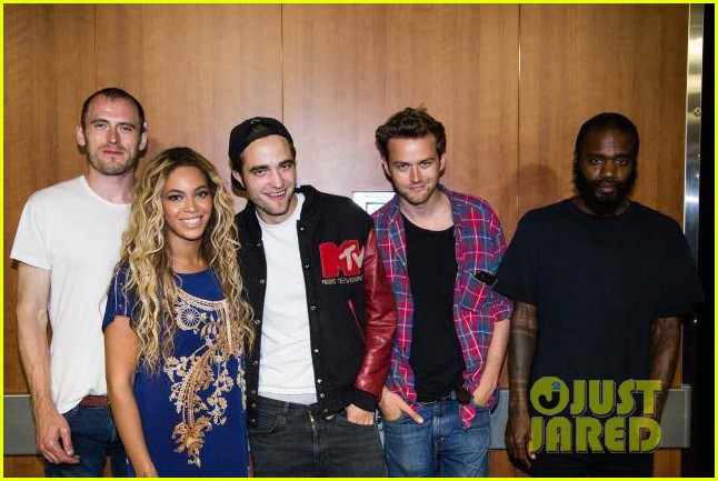 robert pattinson beyonce snap picture after her concert 02