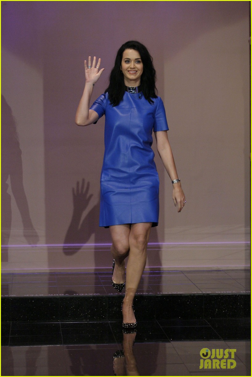 katy perry goes smurfette blue for jay leno appearance 02