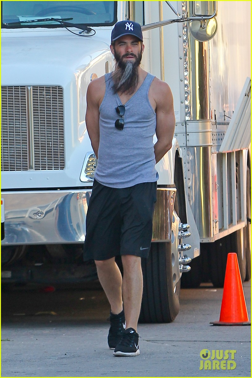 chris pine sports bushy long beard for stretch 07
