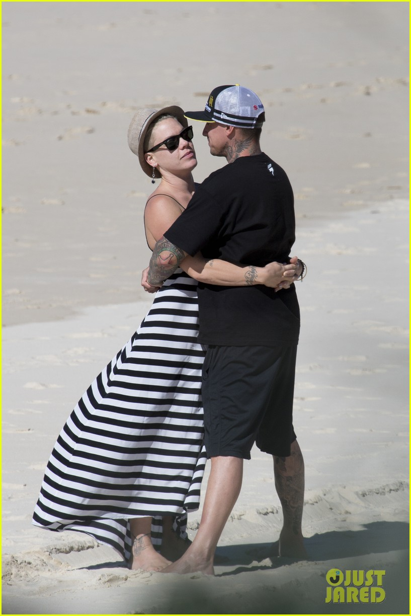 pink carey hart hug kiss on the beach 012916692