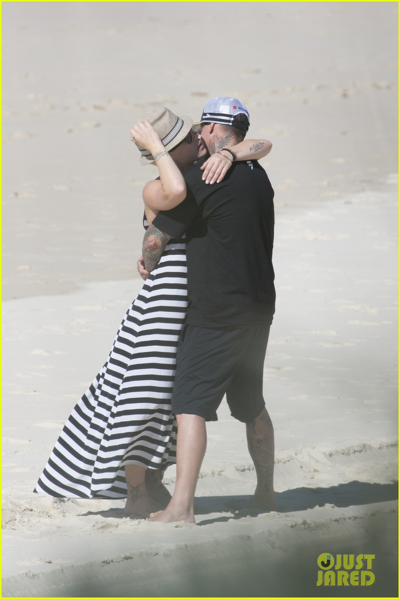 pink carey hart hug kiss on the beach 042916695