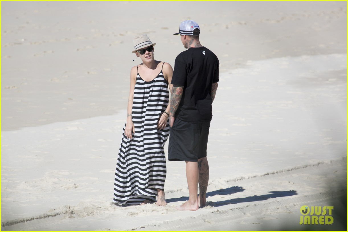 pink carey hart hug kiss on the beach 05