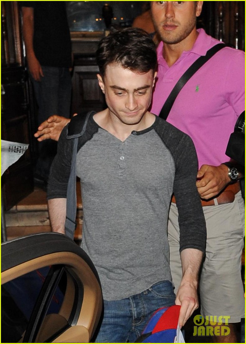 daniel radcliffe celebrates 24th birthday with inishman performance 02