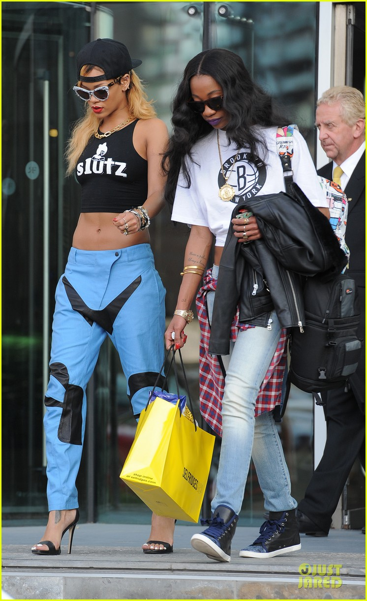 rihanna abs flashing before manchester performance 12