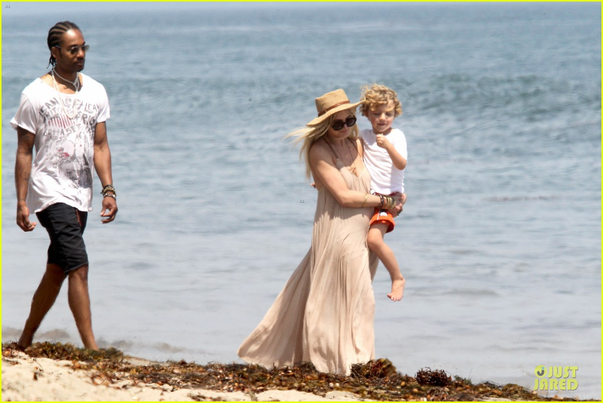 ashlee simpson beach stroll after sister jessica birth news 12