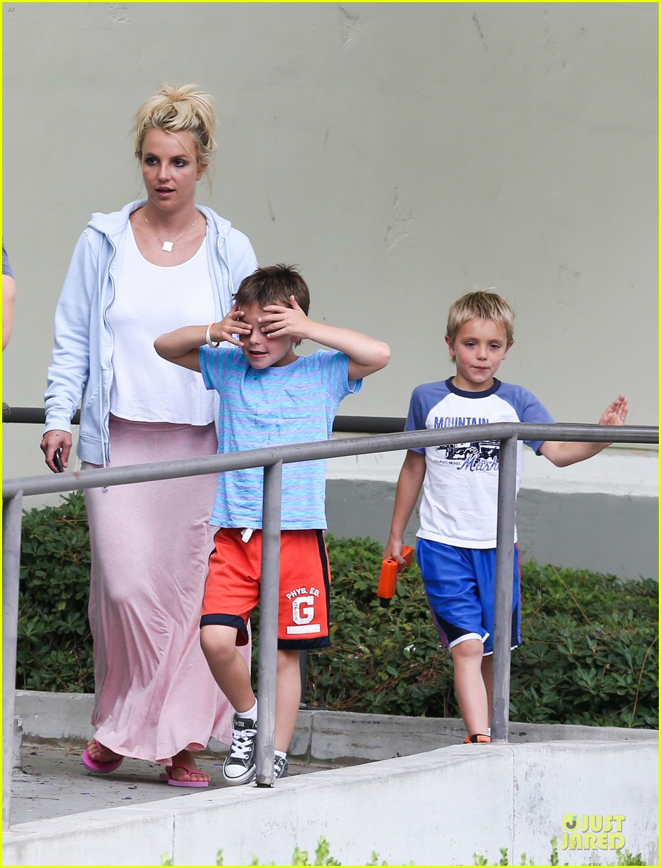 britney spears errands after movies with the boys 052914099