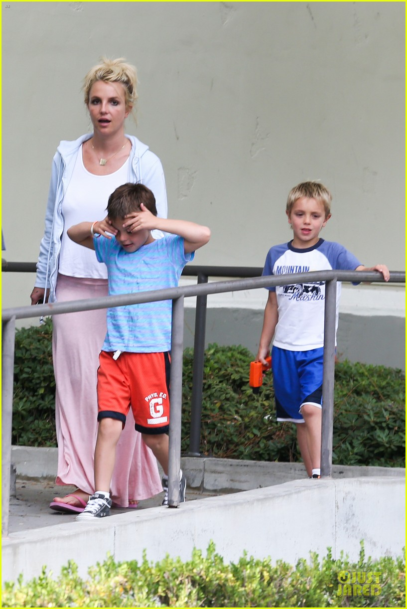 britney spears errands after movies with the boys 08