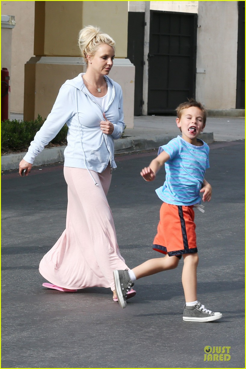 britney spears errands after movies with the boys 15