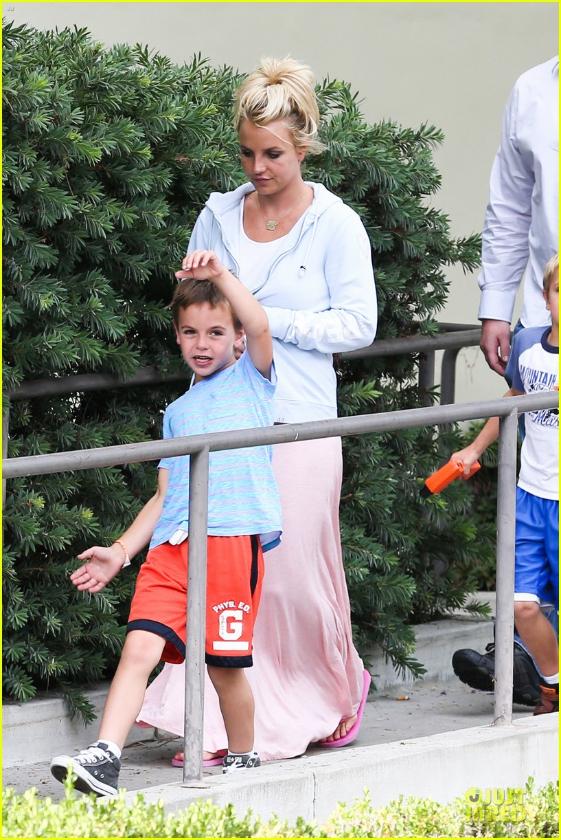britney spears errands after movies with the boys 17