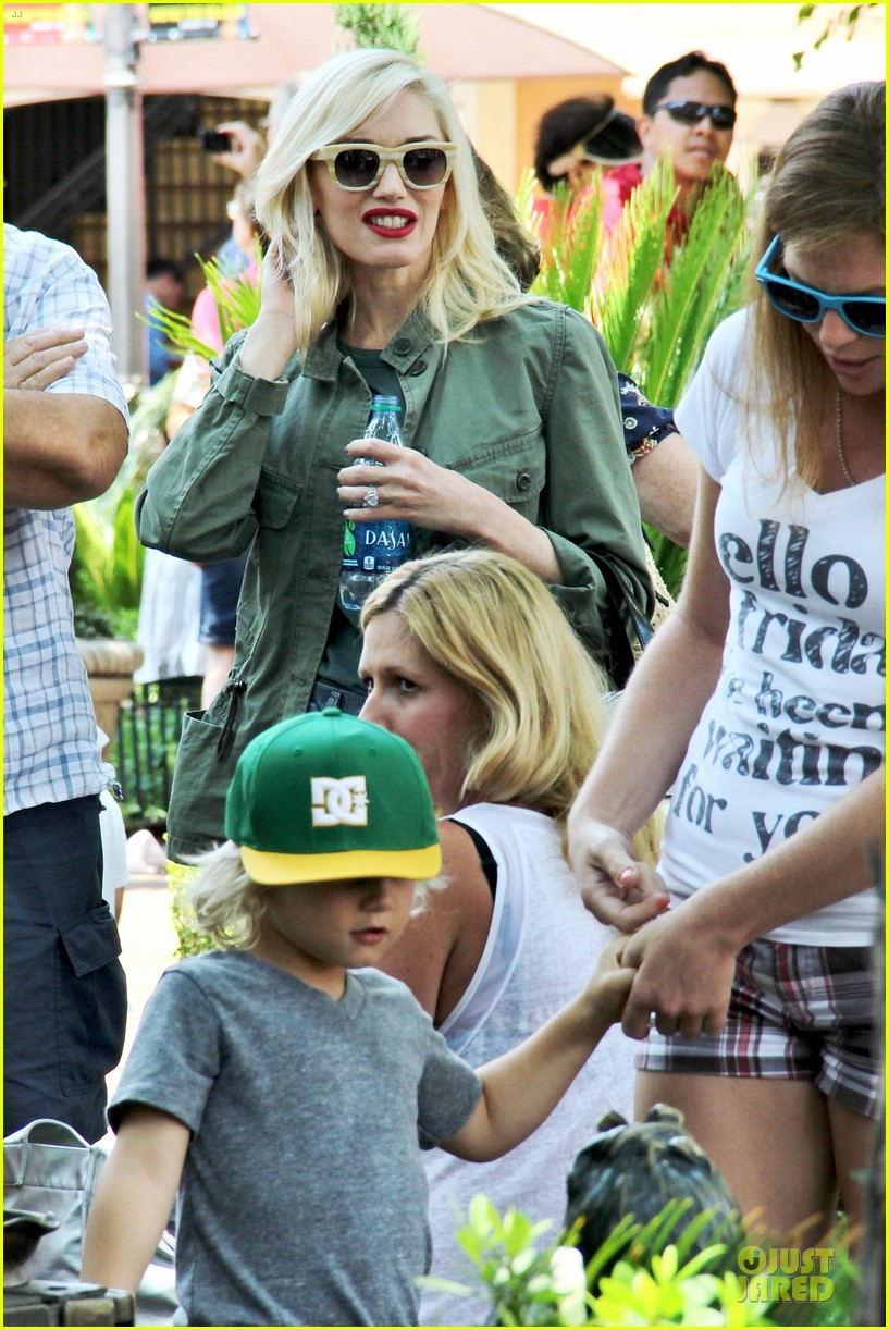 gwen stefani family filled knotts berry farm 09