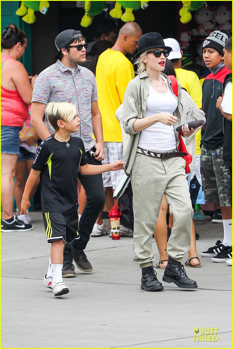 gwen stefani family filled knotts berry farm 23