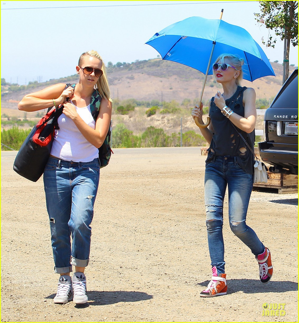 gwen stefani sun blocking umbrella at underwood family farms 172905115