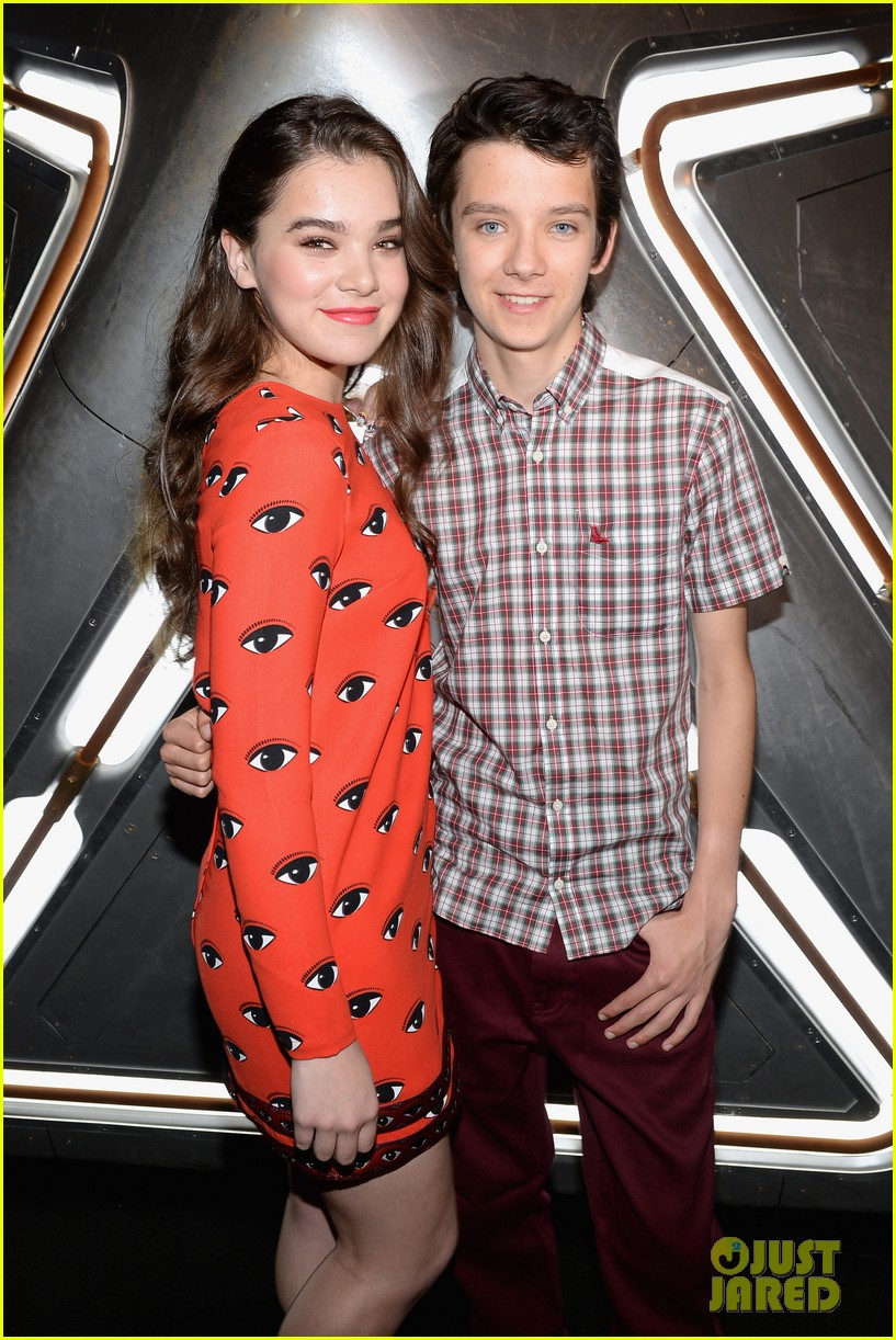 hailee steinfeld asa butterfield enders game at comic con 02