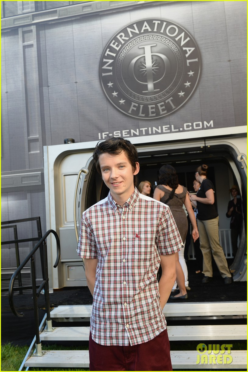 hailee steinfeld asa butterfield enders game at comic con 07