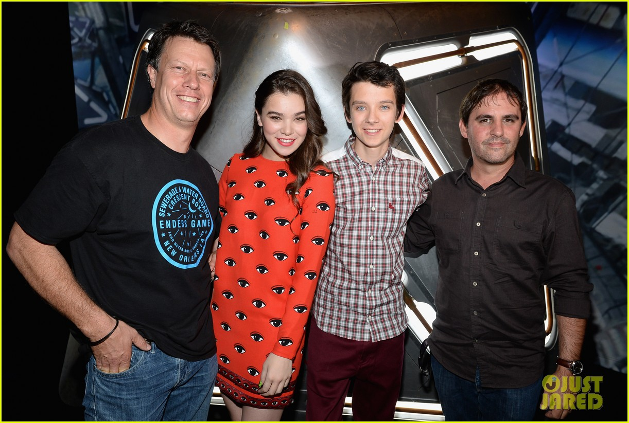 hailee steinfeld asa butterfield enders game at comic con 19