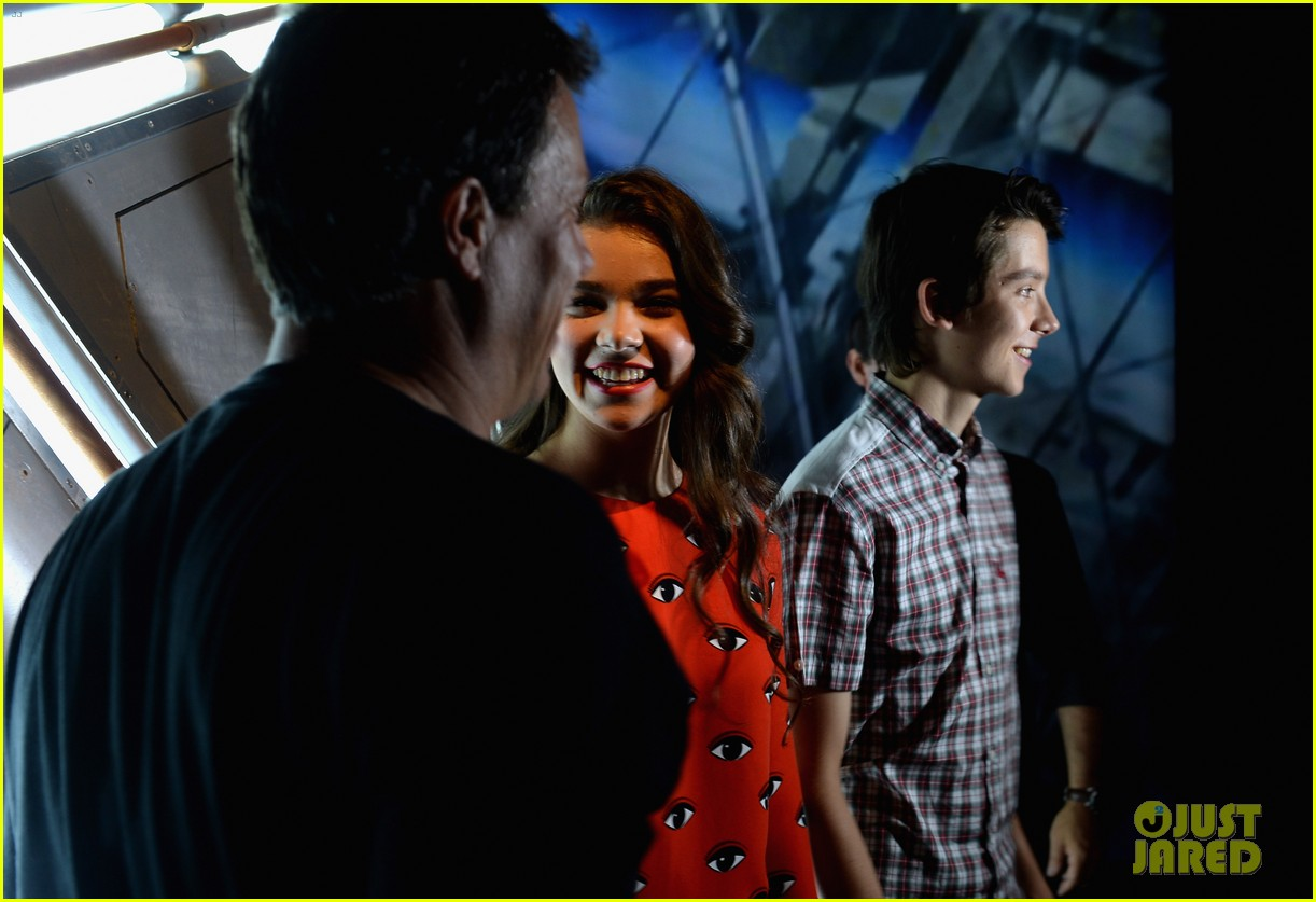 hailee steinfeld asa butterfield enders game at comic con 24