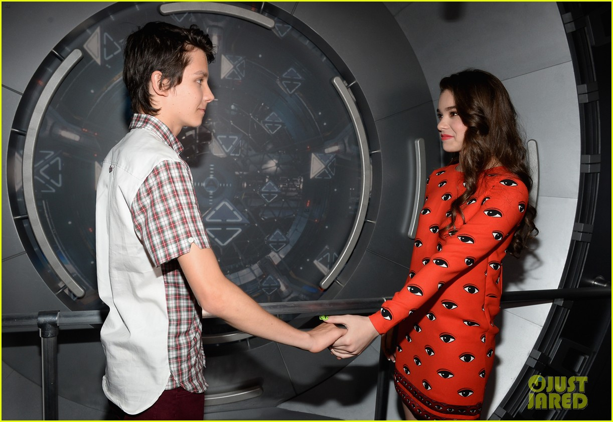 hailee steinfeld asa butterfield enders game at comic con 26