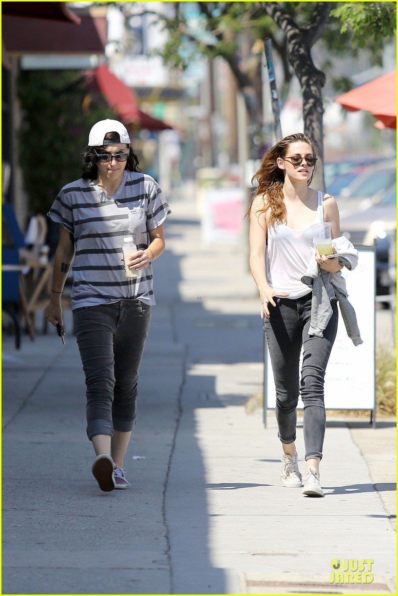 kristen stewart casual juice bar stop 15