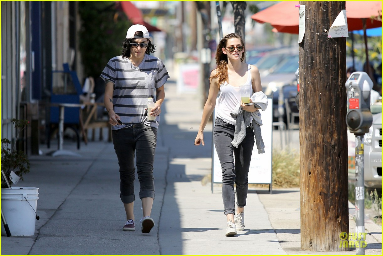 kristen stewart casual juice bar stop 16