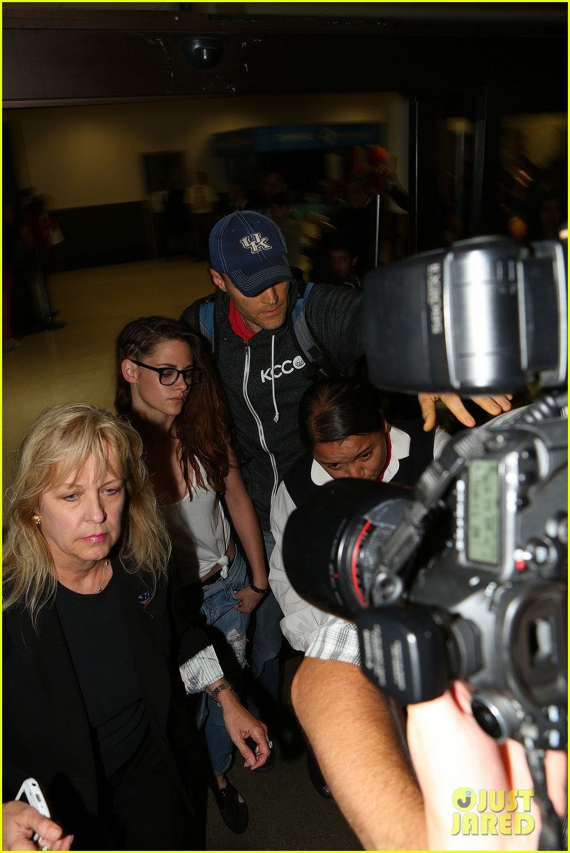 kristen stewart lands in los angeles after paris fashion trip 222904287