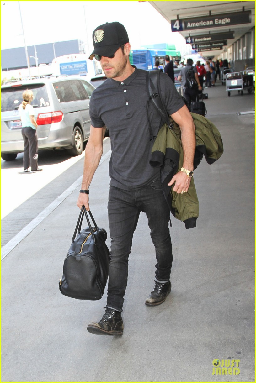 justin theroux supports indians at lax 042908645