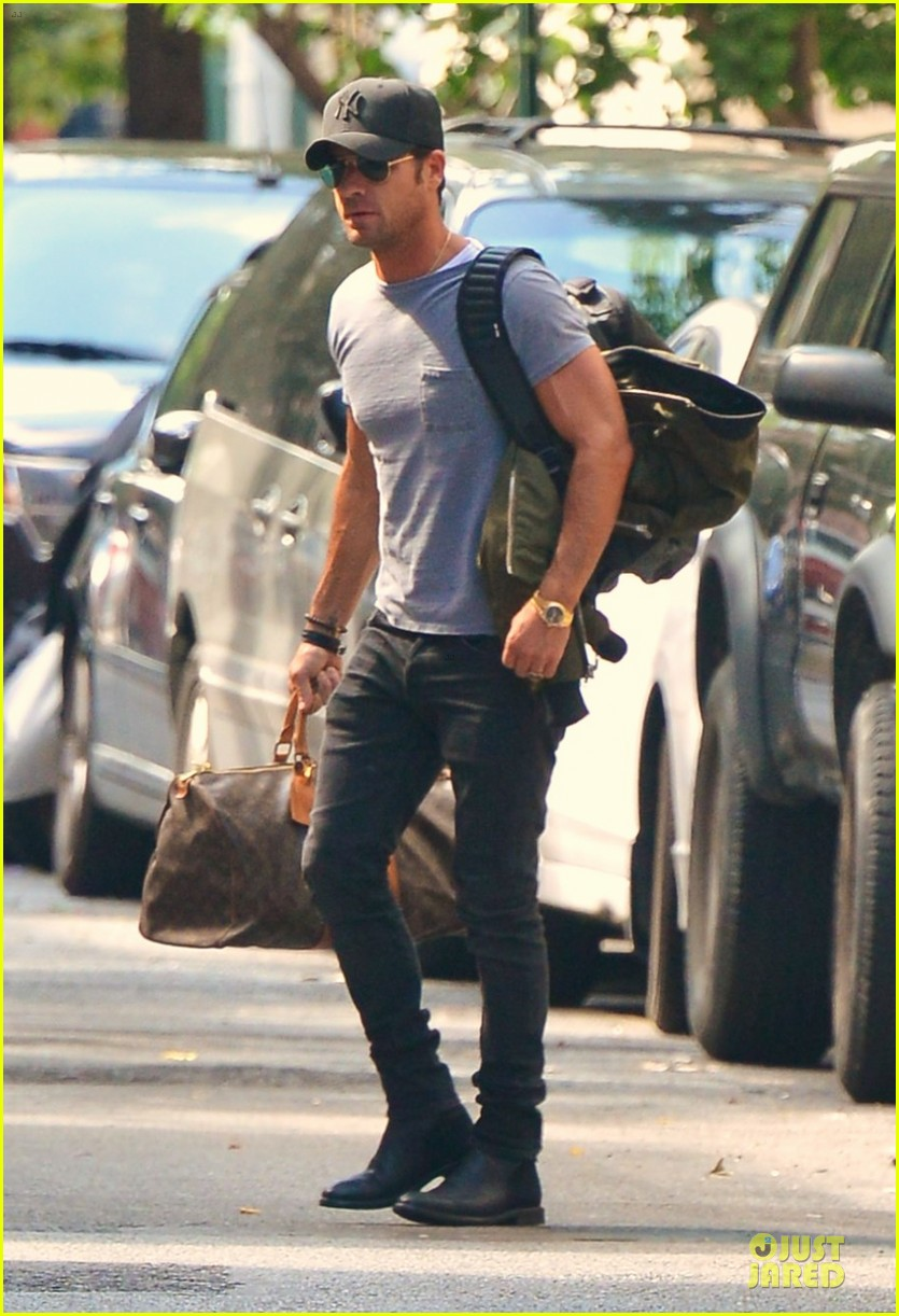 justin theroux luggage carrying guns in the big apple 022915487