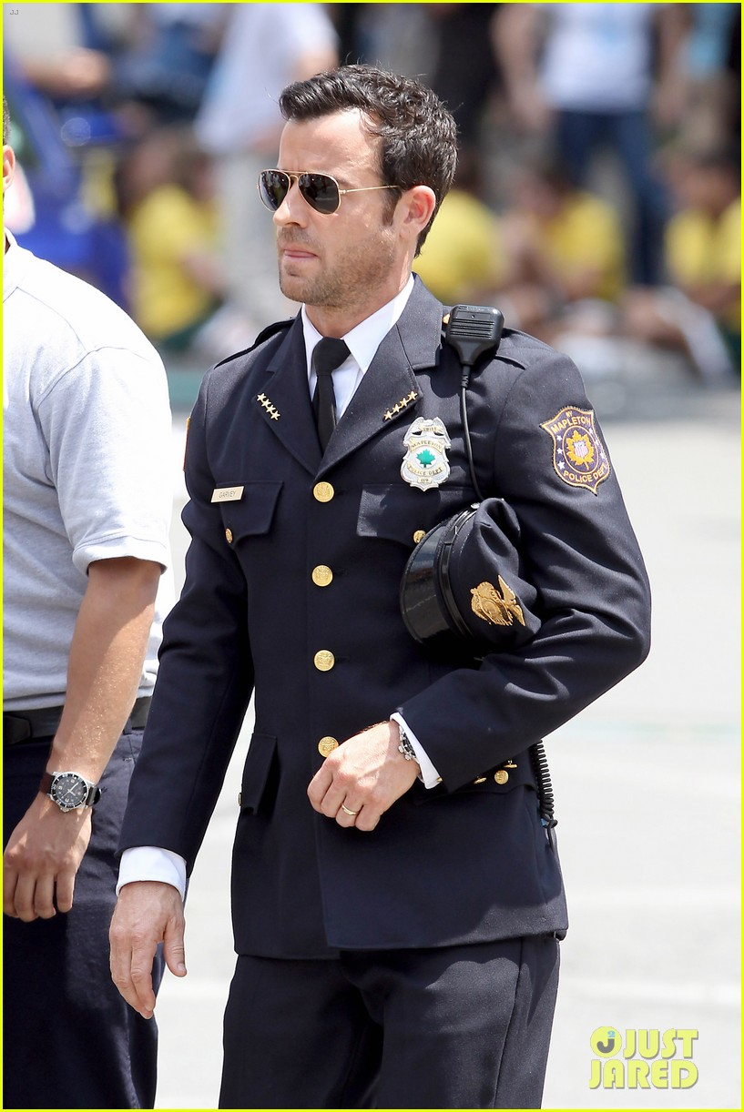 justin theroux is the man in uniform for the leftovers 14