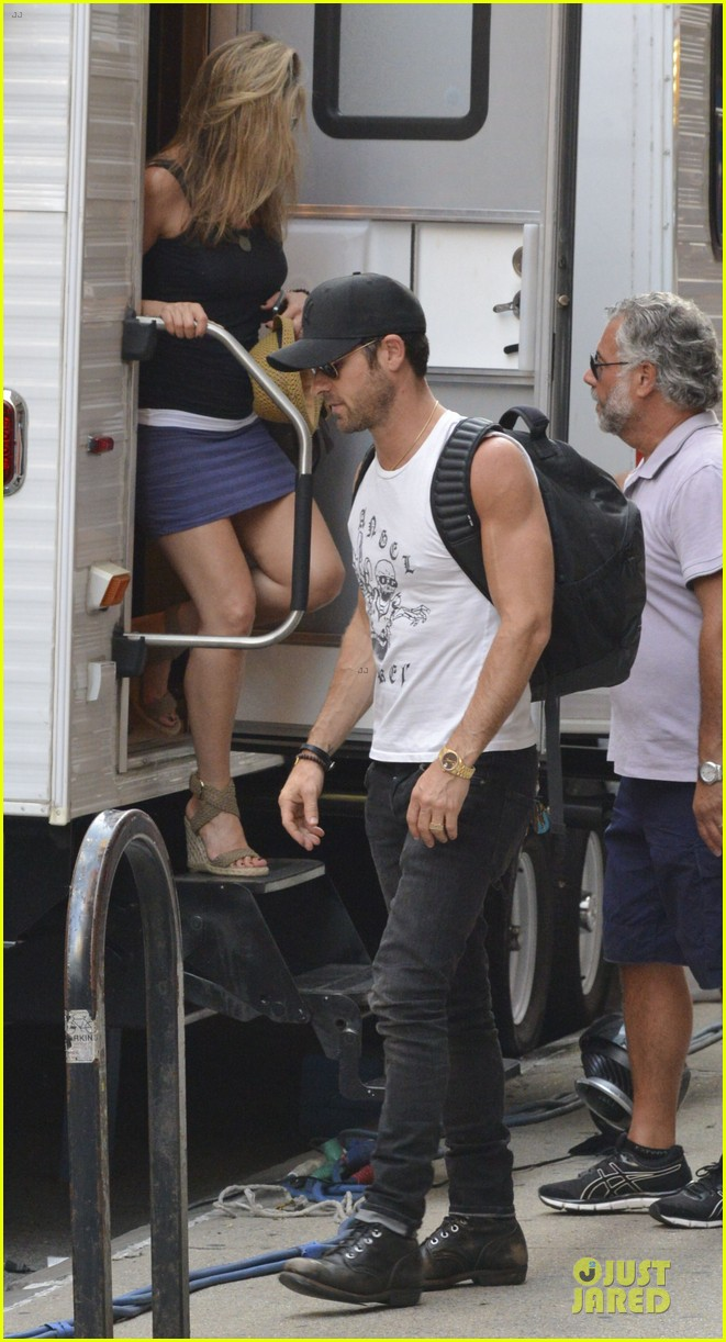 justin theroux visits jennifer aniston on squirrel set 03
