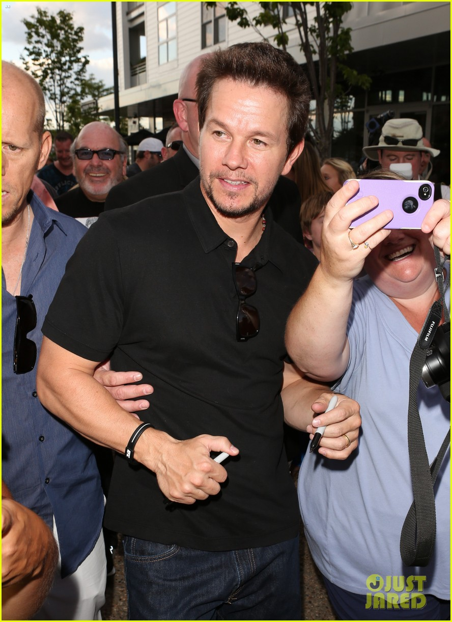 mark wahlberg 2 guns boston premiere 052920761