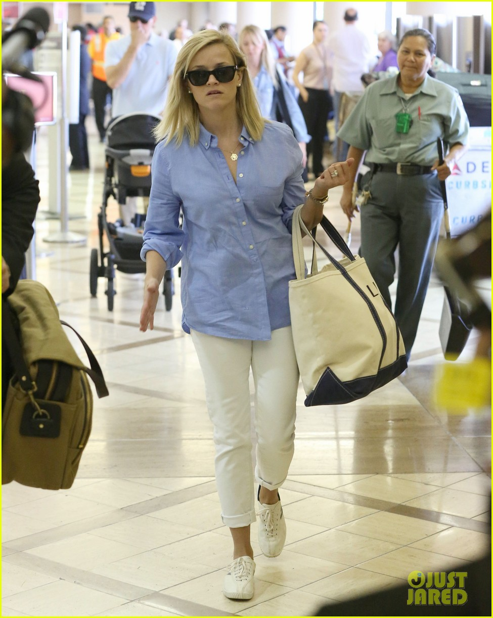 reese witherspoon flies the skies with baby tennessee 05
