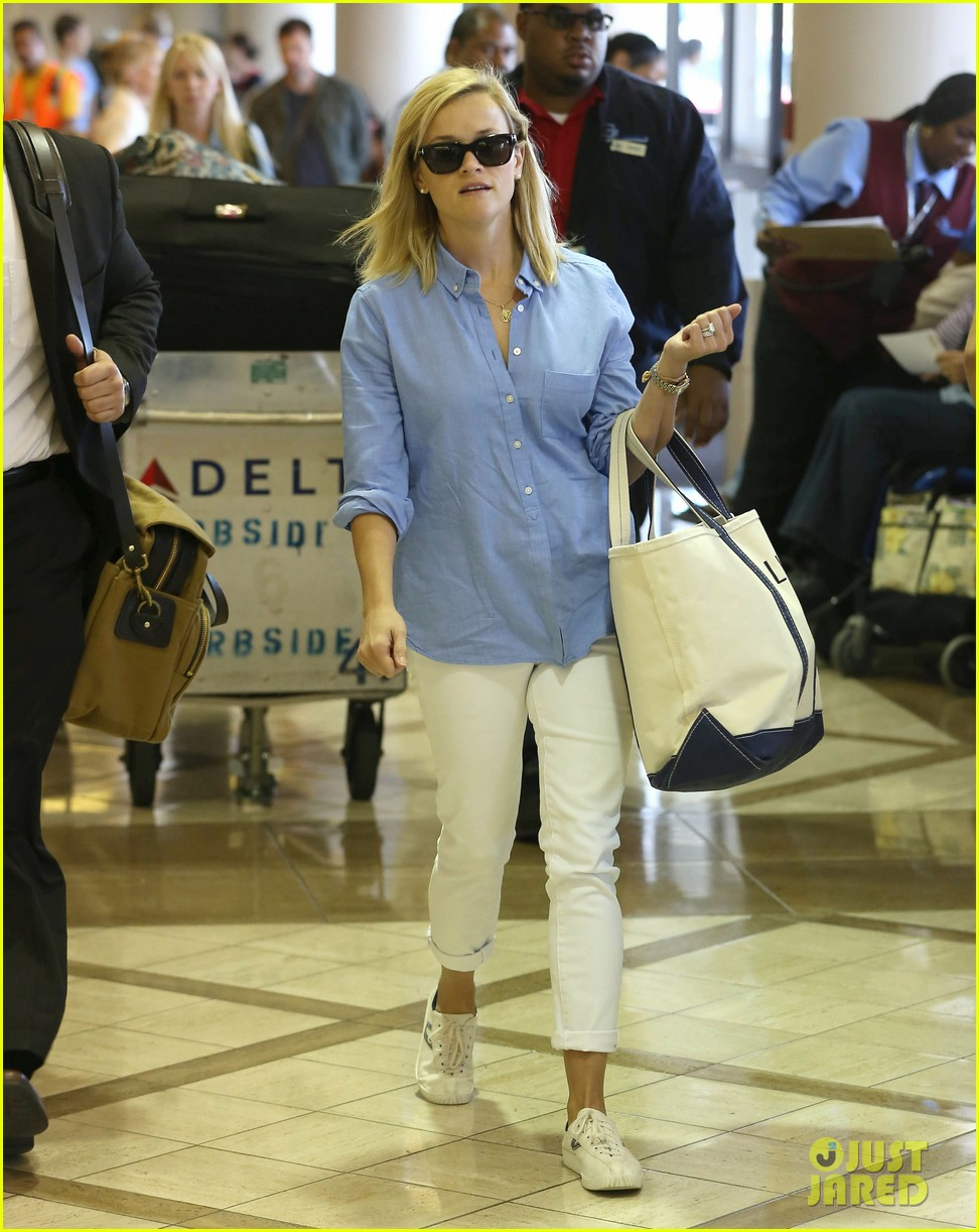 reese witherspoon flies the skies with baby tennessee 15