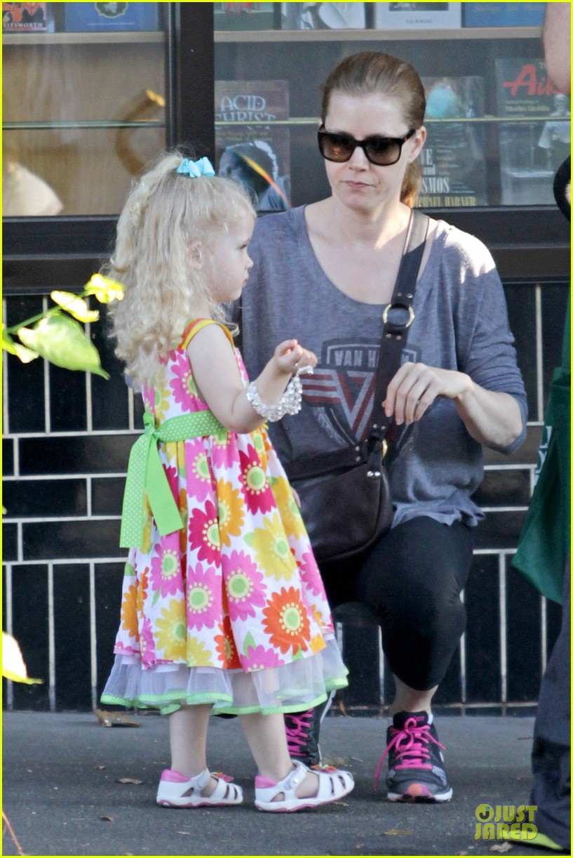 amy adams educates aviana with books 04