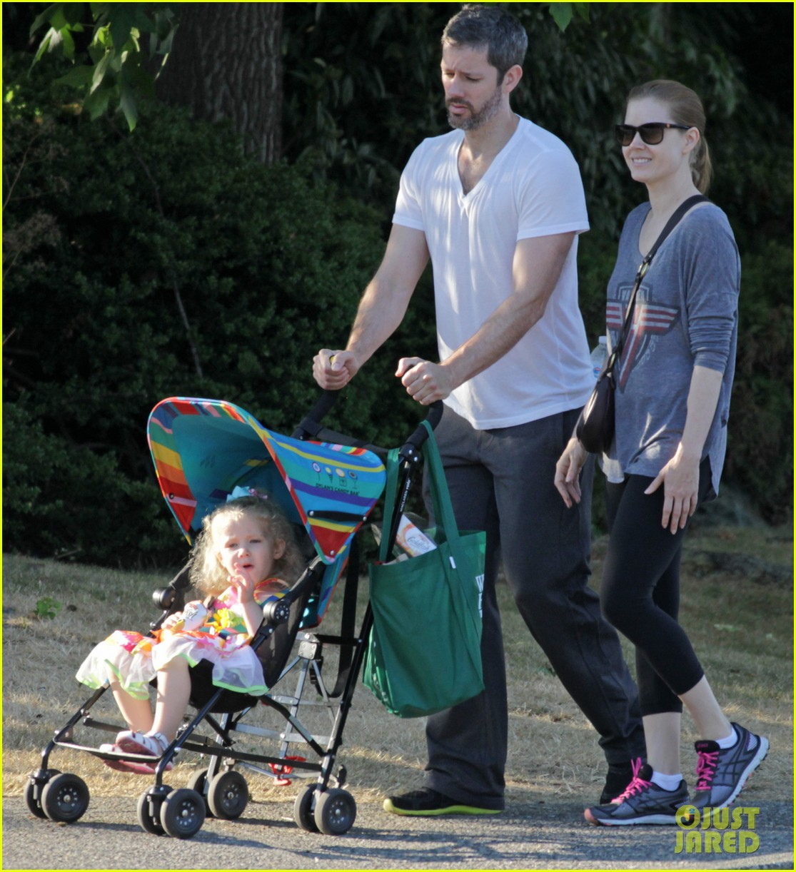 amy adams shops for groceries in vancouver with the family 032931082