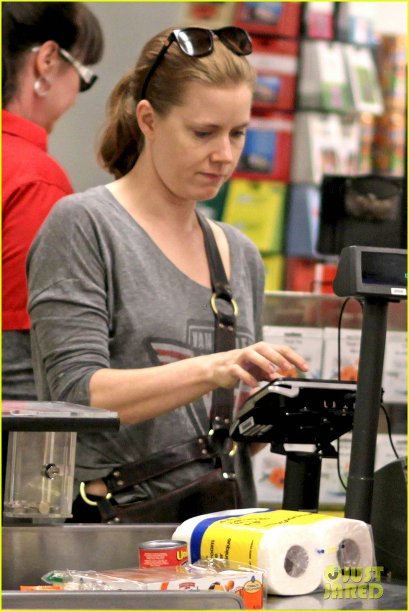 amy adams shops for groceries in vancouver with the family 09