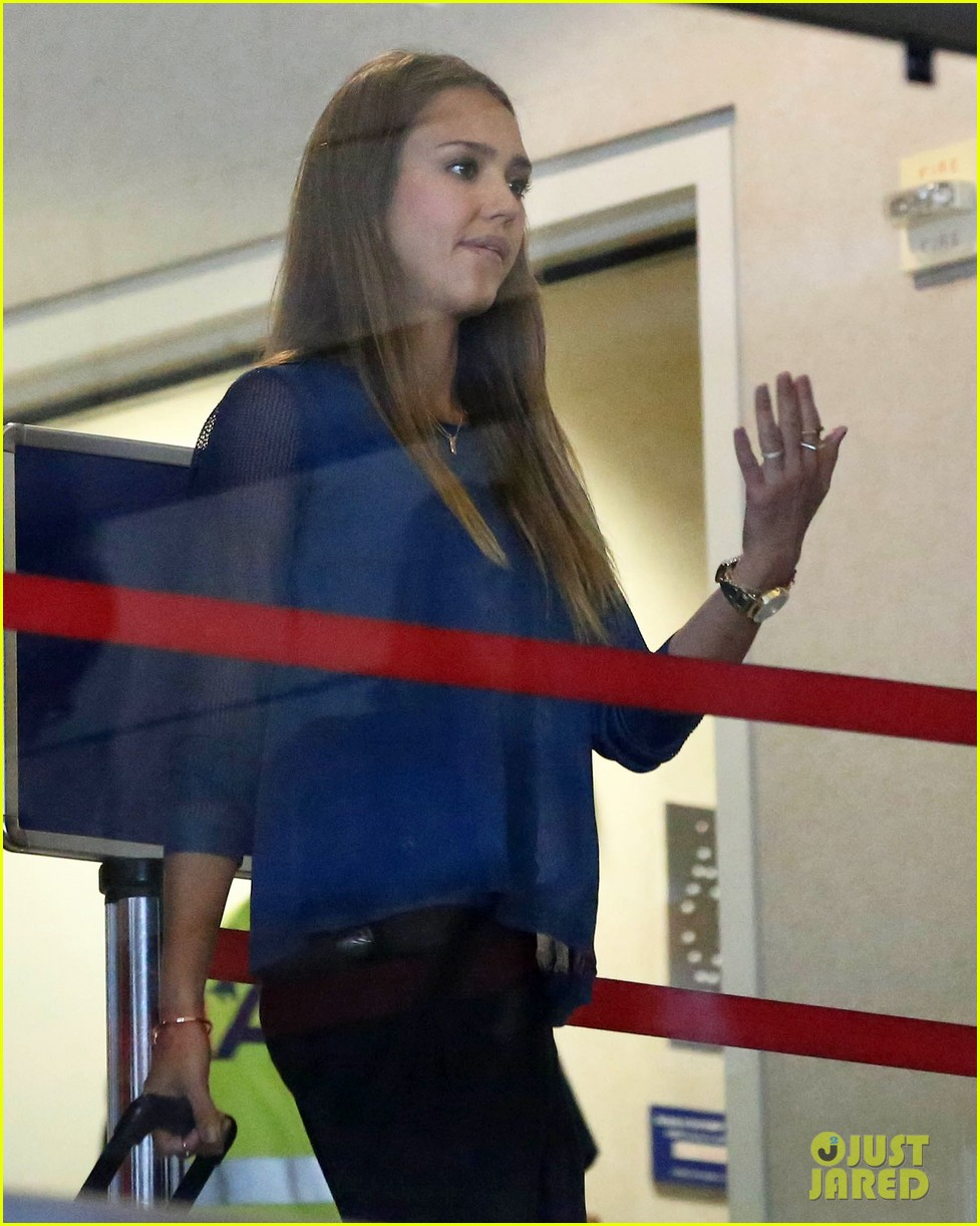 jessica alba takes a call before flying out of town 06