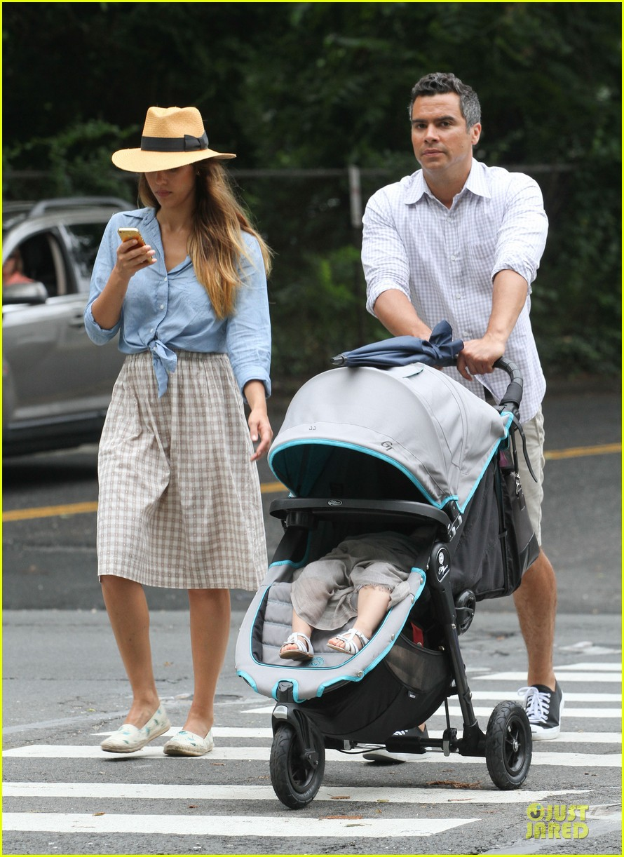 jessica alba cash warren east hampton stroll with haven 03