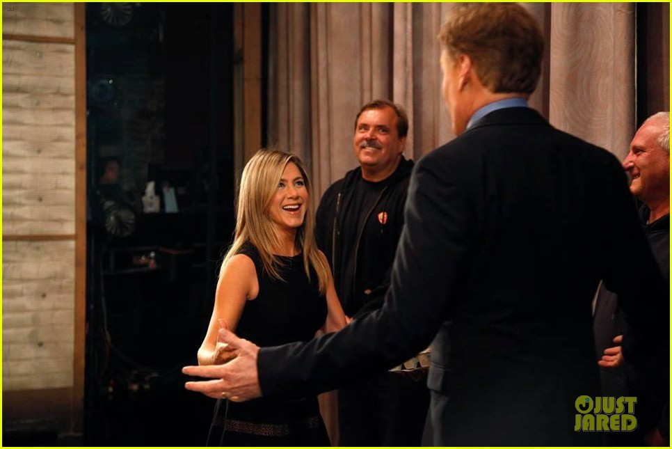 jennifer aniston gives chicken eggs to conan 03