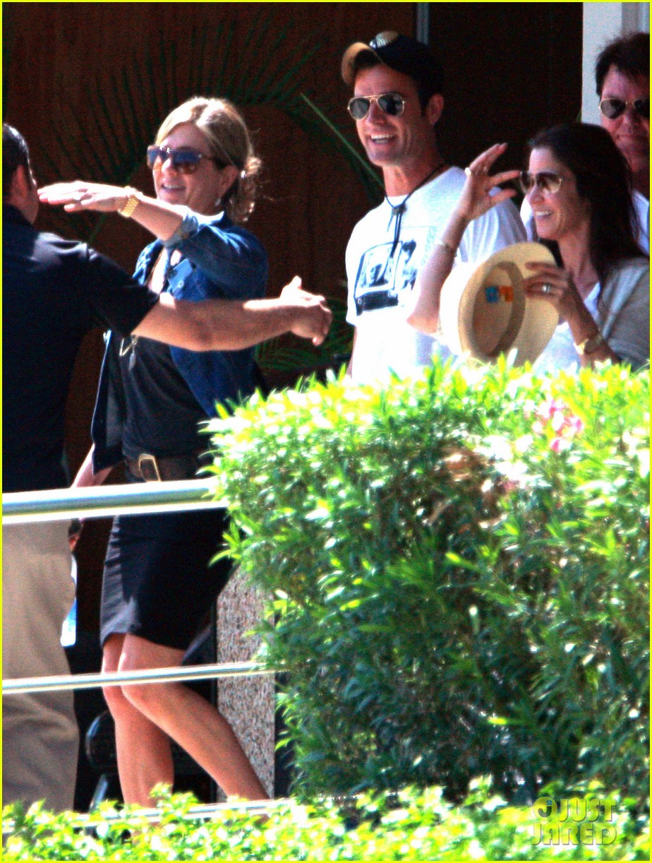 jennifer aniston justin theroux receive warm welcome in mexico 04