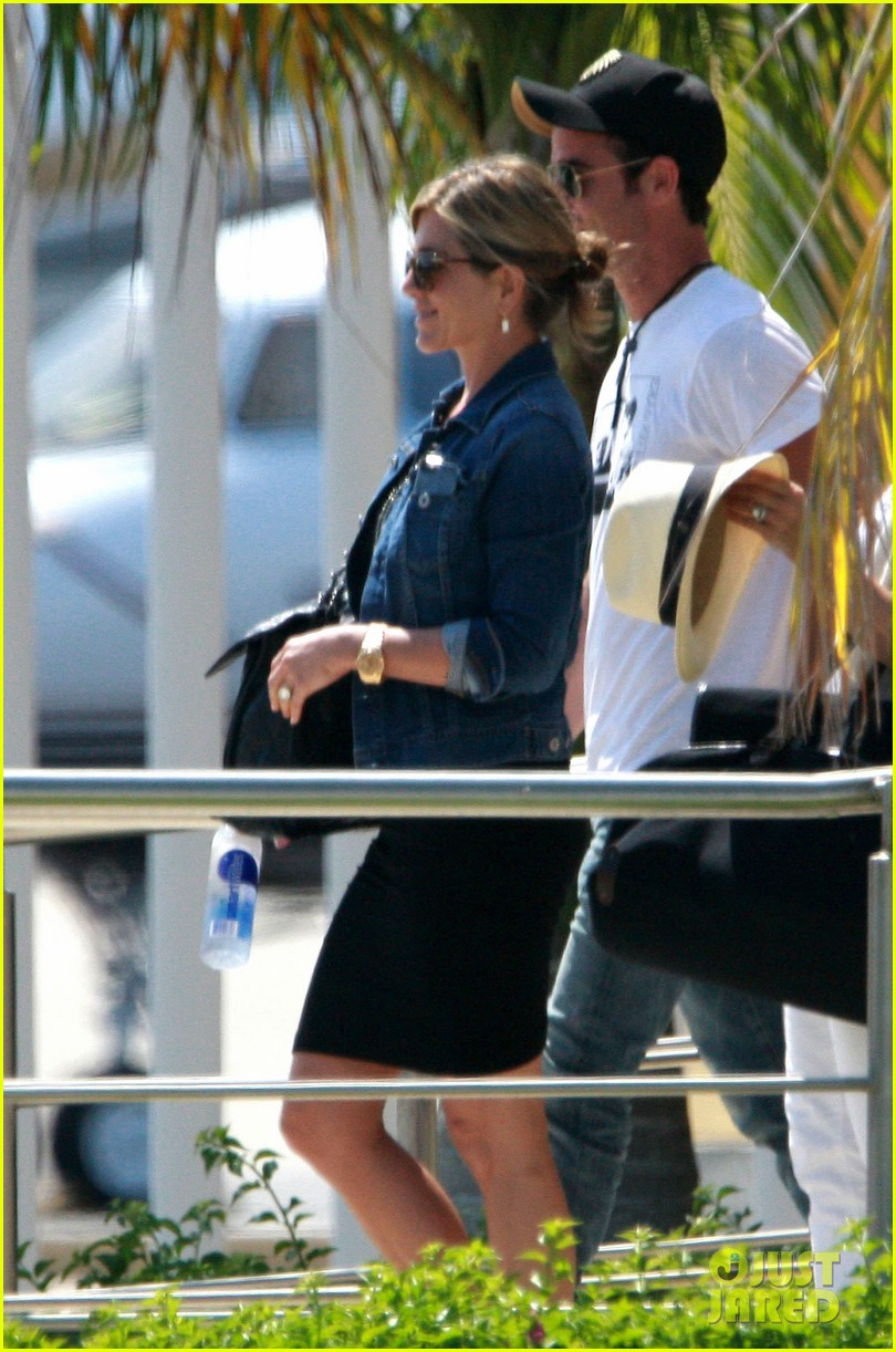 jennifer aniston justin theroux receive warm welcome in mexico 11
