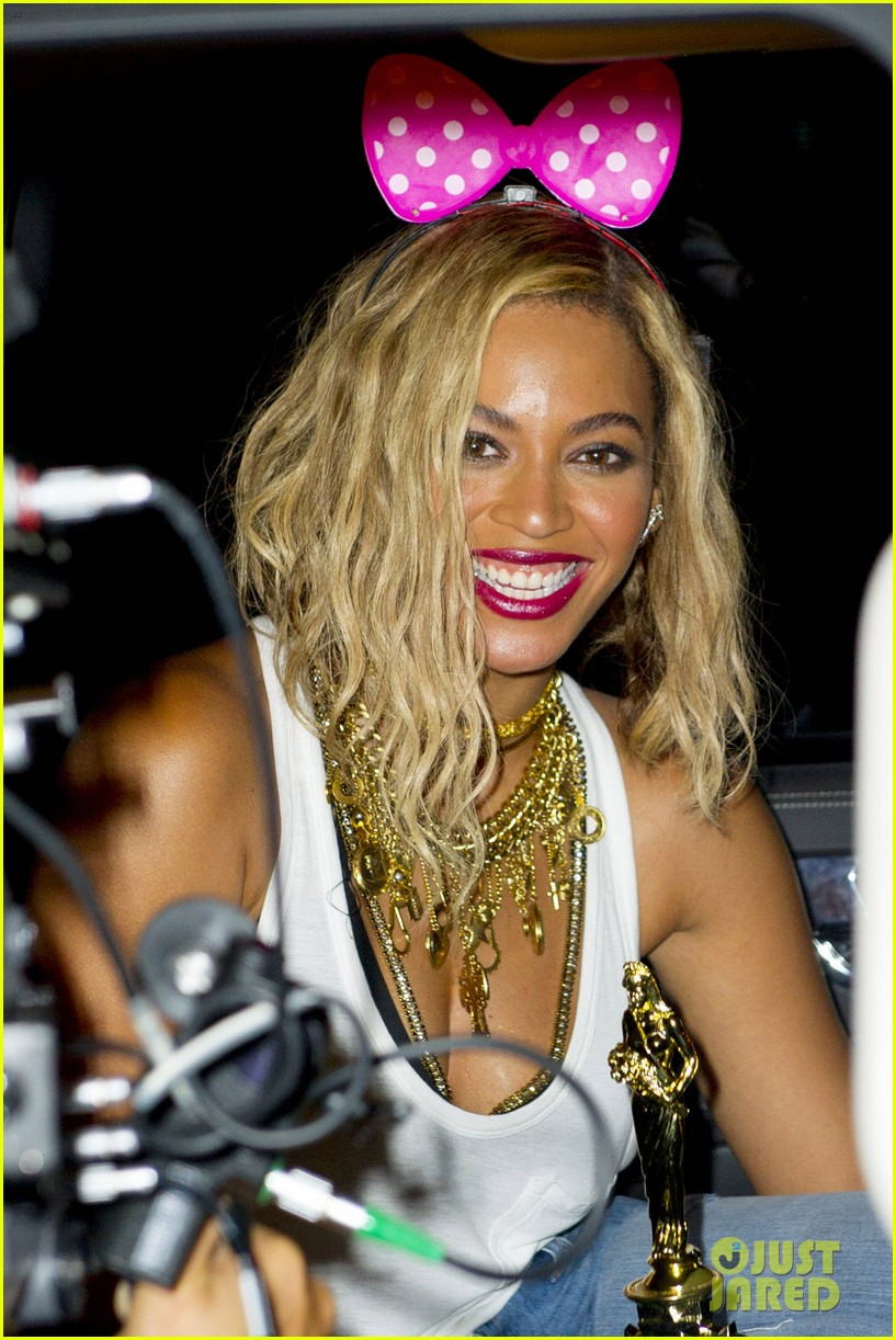 beyonce has dance off at coney island wears pink bow 02