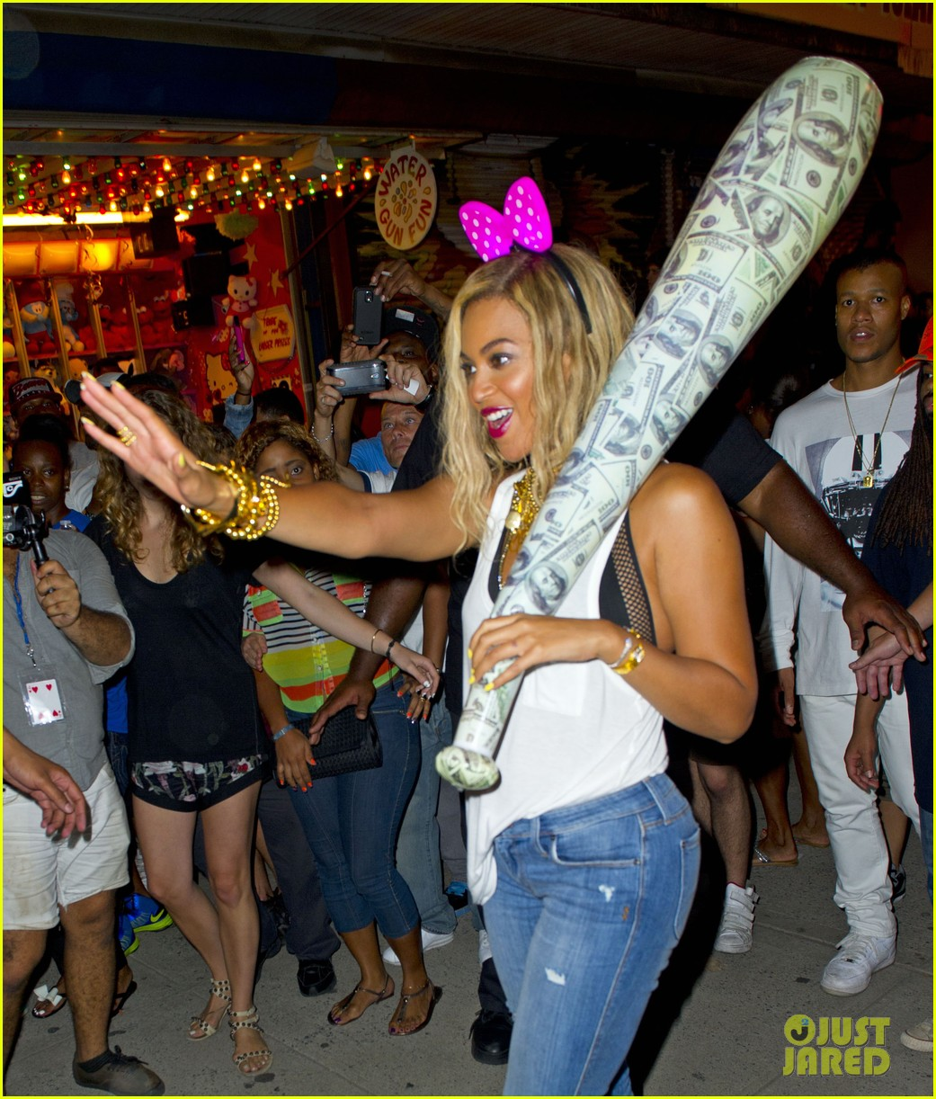 beyonce has dance off at coney island wears pink bow 14