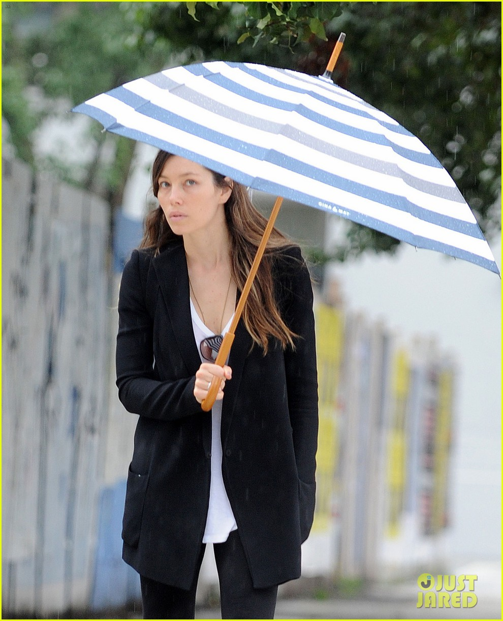 jessica biel rainy day in nyc 012939974
