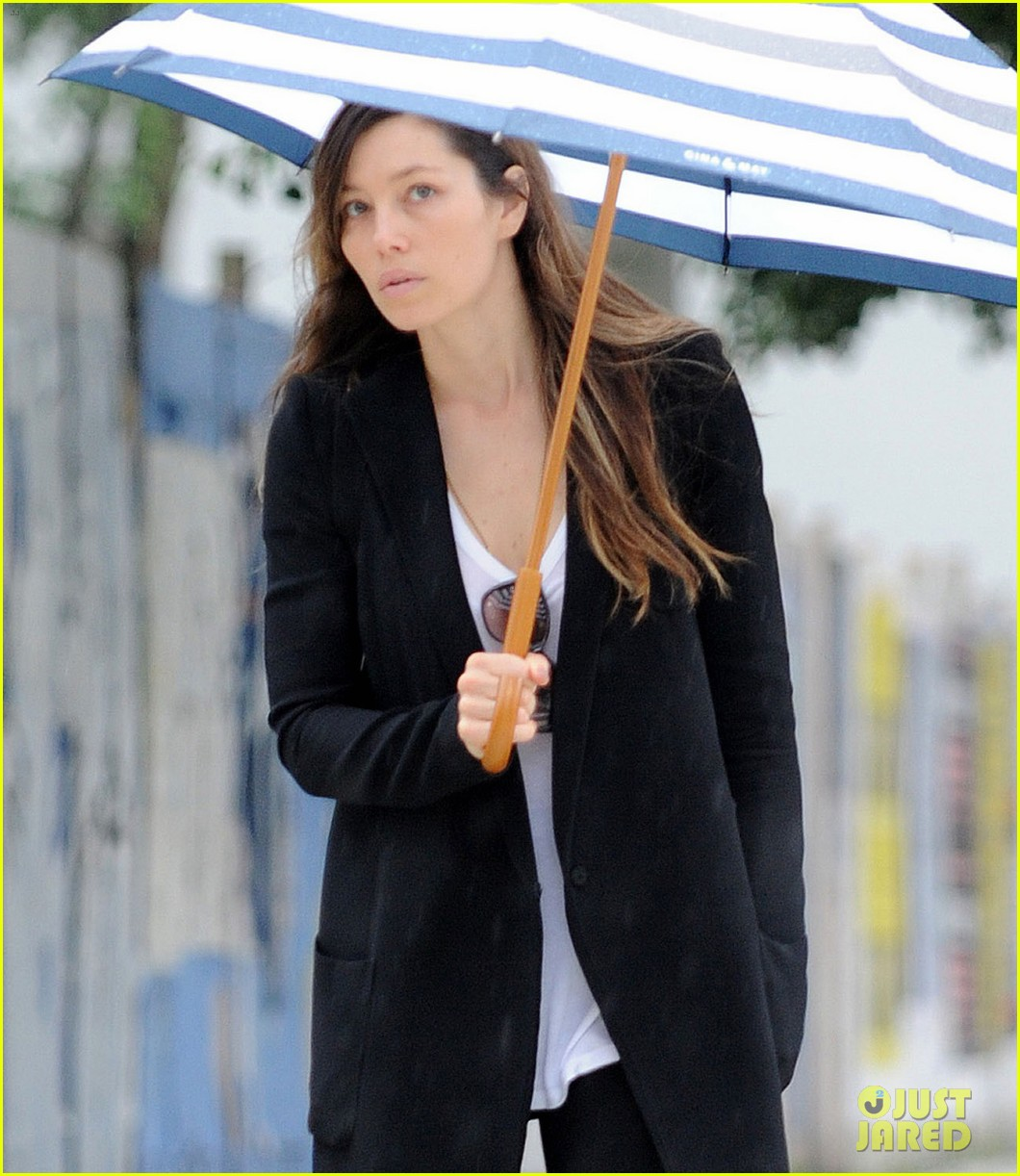jessica biel rainy day in nyc 102939983